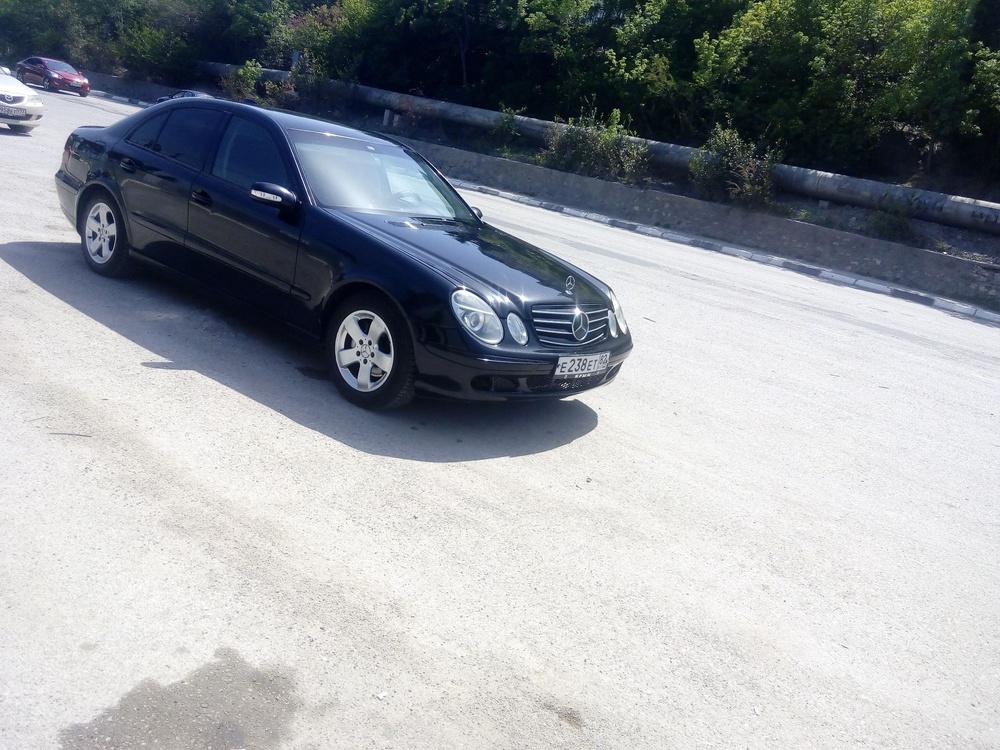 Подержанный Mercedes-Benz E-Класс, хорошее состояние, черный , 2005 года выпуска, цена 505 000 руб. в Крыму