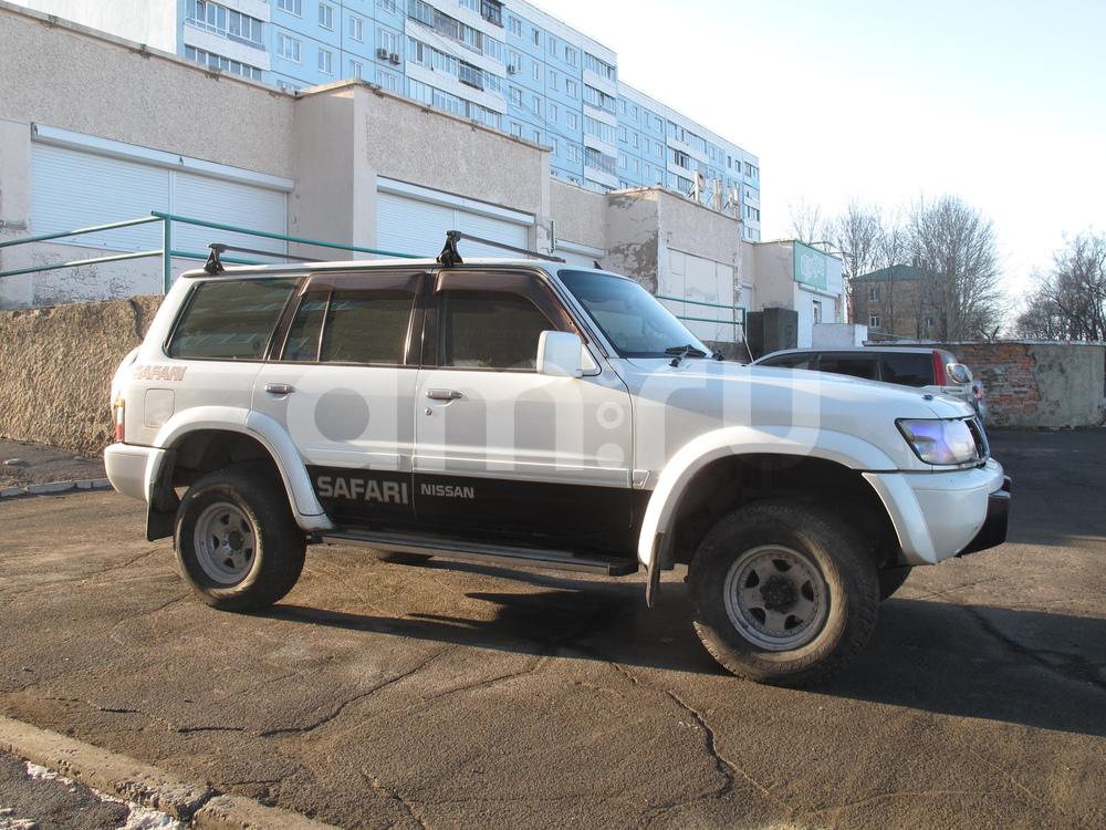 Подержанный Nissan Safari, хорошее состояние, белый перламутр, 2002 года выпуска, цена 999 999 руб. в Владивостоке