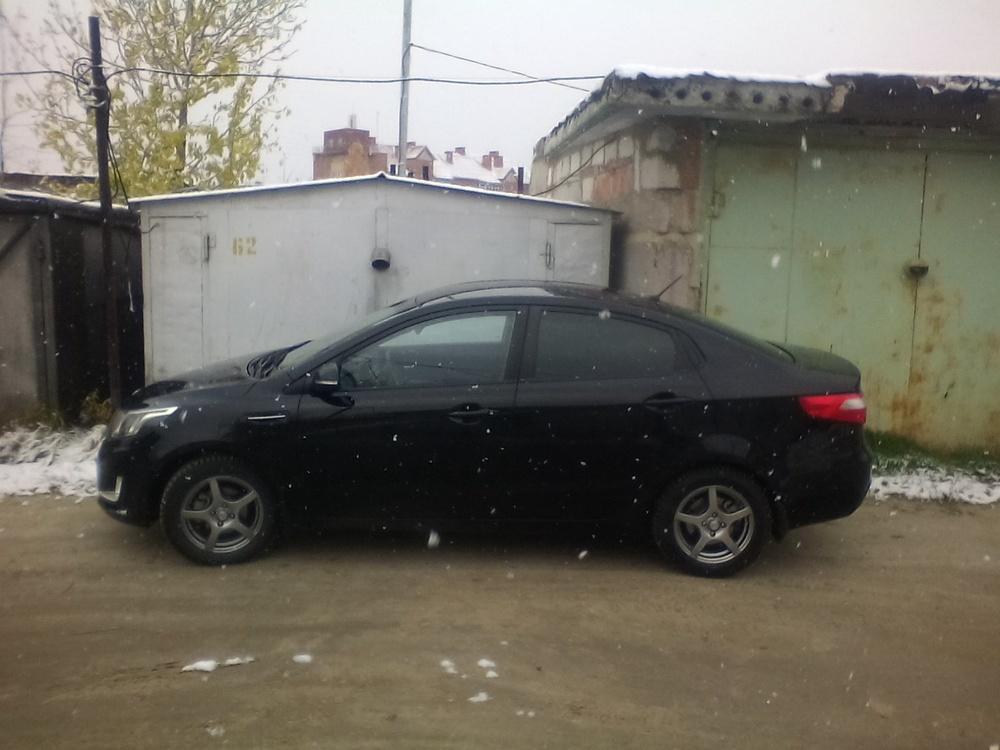 Подержанный Kia Rio, хорошее состояние, черный , 2013 года выпуска, цена 470 000 руб. в ао. Ханты-Мансийском Автономном округе - Югре