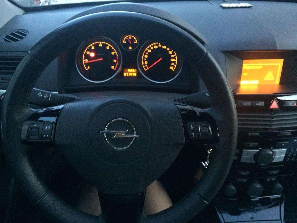 Подержанный Opel Astra, хорошее состояние, белый , 2011 года выпуска, цена 450 000 руб. в Тюмени