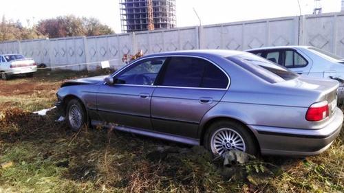 Подержанный BMW 5 серия, битый состояние, серый перламутр, 2000 года выпуска, цена 185 000 руб. в Омске
