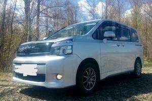 Автомобиль Toyota Voxy, отличное состояние, 2011 года выпуска, цена 990 000 руб., Магадан