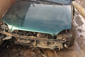 Автомобиль Suzuki Baleno, битый состояние, 1999 года выпуска, цена 30 000 руб., Москва