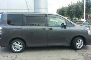 Автомобиль Toyota Voxy, хорошее состояние, 2011 года выпуска, цена 850 000 руб., Красноярский край