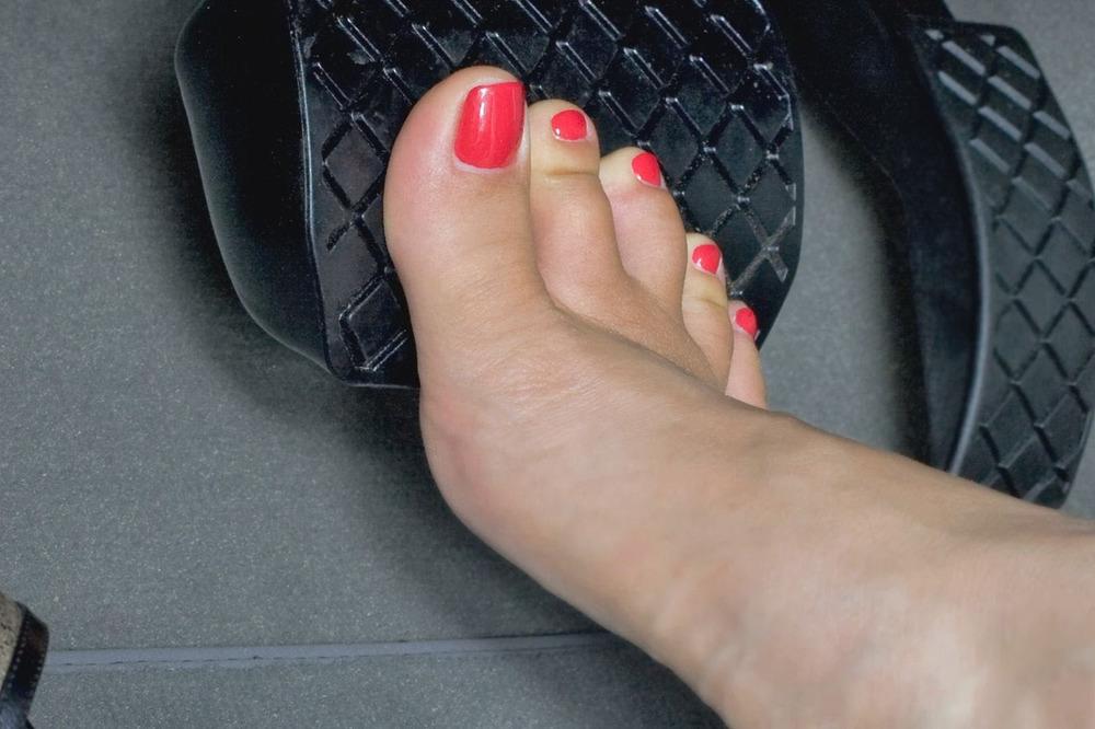 Специалисты определили, вкакой обуви лучше не управлять автомобилем