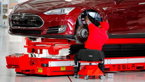 Работники Tesla пожаловались на стрессы, обмороки и большую загрузку.