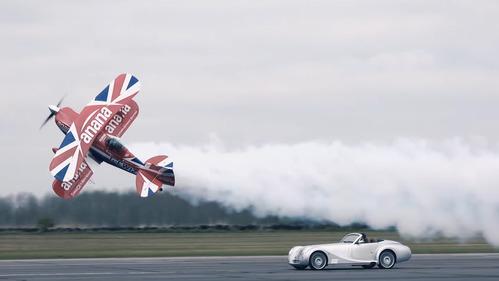 Morgan Aero 8 сразился в гонке с бипланом – смотреть видео на Am.ru