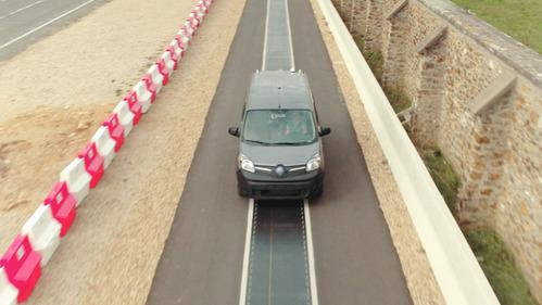 Фирма Renault начала тестировать зарядку на ходу.