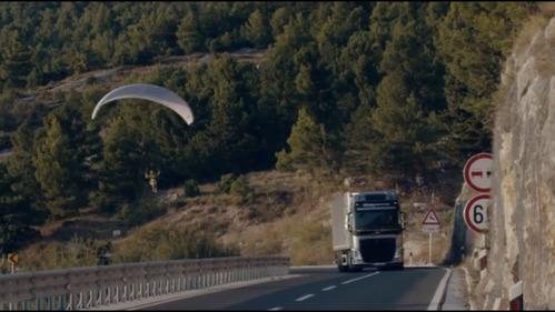 Зрелищное видео о полёте с грузовиком Volvo.