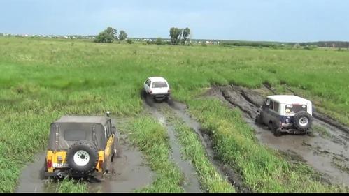 Улётное видео грязевого противостояния УАЗов и «Оки».