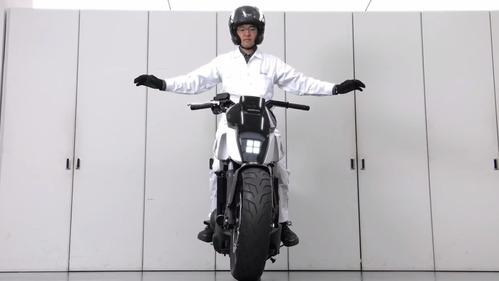 Демонстрация новейшей системы Riding Assist в мотоцикле Honda.