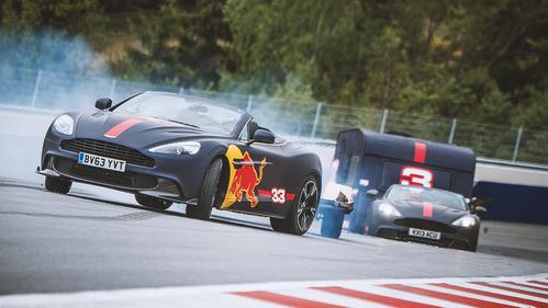 Пилоты Red Bull устроили гонку на Aston Martin с прицепами – смотреть видео на Am.ru